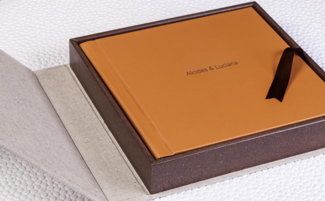 Fotolab Box Chocolate em Algodão Eco Caqui + Capa Couro Family Mostarda
