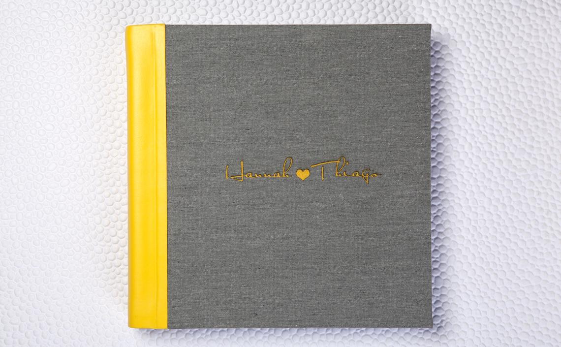 Capa Due Colori. Lombada em Couro Wedding Amarelo e capa em Tecido Sicília Fendi Claro com LetterPress Amarelo
