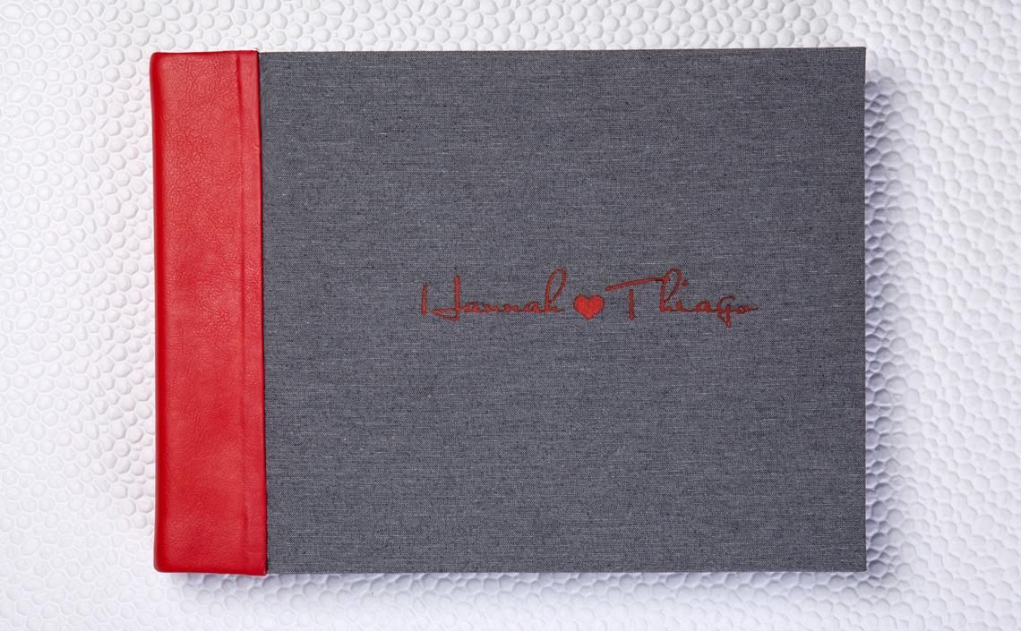 Capa Due Colori. Lombada em Couro Wedding Vermelho e capa em Tecido Sicília Cinza com LetterPress Vermelho