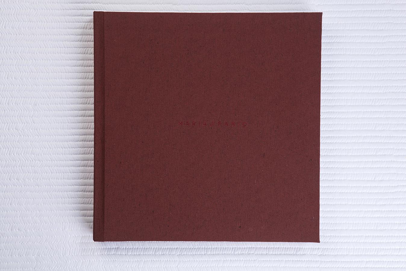Capa Tecido Sicília Terracota + Hot Print Vermelho Metálico + Guardas em Linho Floral Vermelho + Laminação Matte Satin