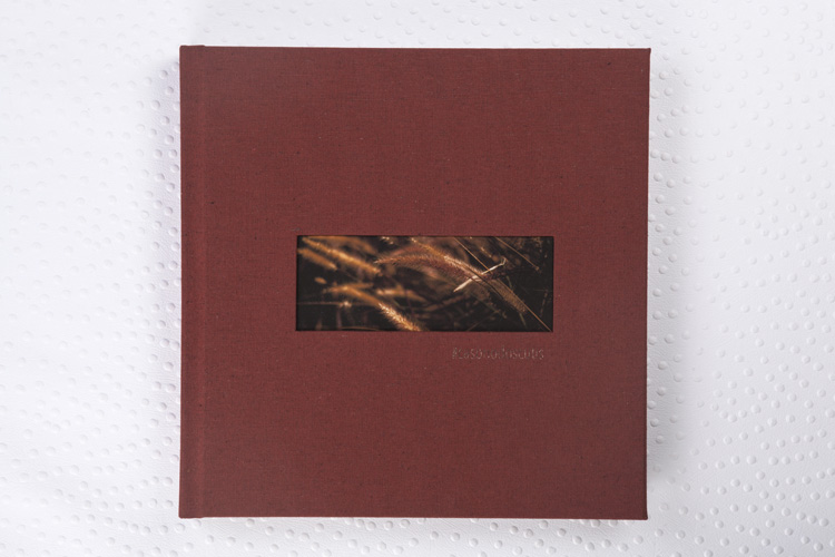 Capa Tecido Sicília Terracota + Janela Wide + Hot Print Cobre + Laminação Matte Satim + Guardas em Papel Especial Texturizado