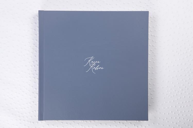 Capa Couro Family Azul Claro + Hot Print Branco + Laminação Matte Satim + Guardas Impressas em Papel