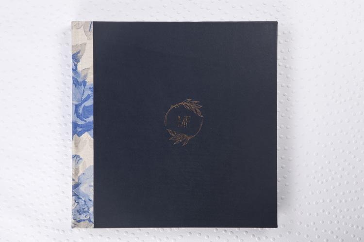Capa Couro Natural Azul Marinho + Lombada Quadrada em Linho Floral Azul + Hot Print Bronze + Laminação Matte Satim + Guardas em Linho Floral Azul
